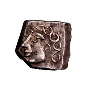 Monnaie à la croix drachme à la tête bouclé